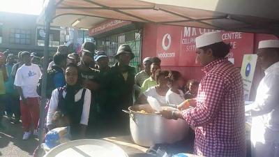 ساؤتھ افریقہ كیپ ٹاؤن میں غریب افراد میں راشن كی تقسیم