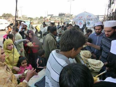 حلقہ شاہدرہ لاہور کی طرف سے عوام الناس میں لنگر کی تقسیم