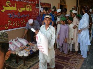 مبارک ٹاؤن لاہور میں راشن اور بکرے کے گوشت کی تقسیم